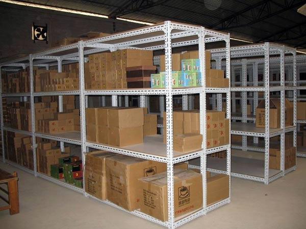 smontaggio-scaffalature-per-magazzini